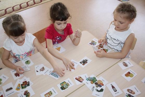 дети играют в карточки